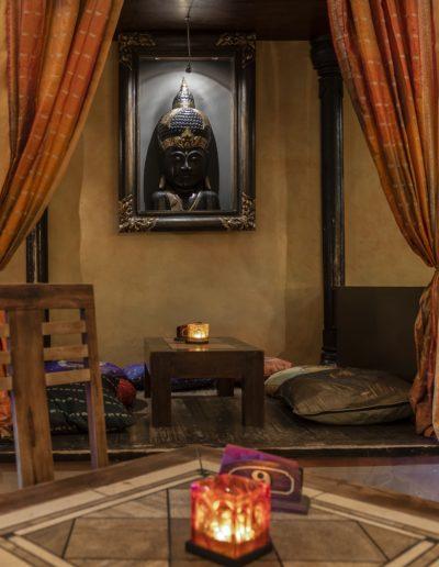 tavolo-interno-davanti-quadri-buddha-smile