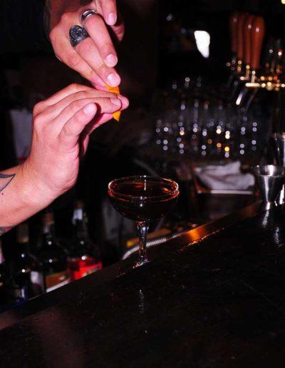Buddha-Smile-bartender-in-azione
